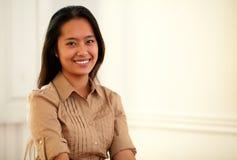 Jonge Aziatische vrouw die bij u glimlachen stock fotografie