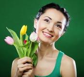 Jonge Aziatische vrouw die een boeket van tulpen houden Royalty-vrije Stock Fotografie