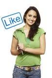 Jonge Aziatische vrouw die het sociale media teken glimlachen houden Stock Afbeeldingen