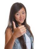 Jonge Aziatische vrouw die juiste duim tonen royalty-vrije stock fotografie