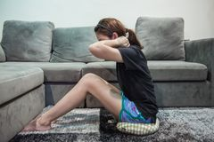 Jonge Aziatische vrouw die thuis uitwerken Stock Afbeelding