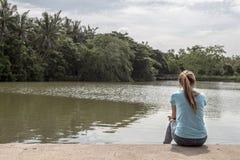 Jonge Aziatische vrouw die zich bij Meer bevinden Royalty-vrije Stock Afbeeldingen