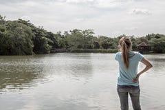 Jonge Aziatische vrouw die zich bij Meer bevinden Stock Foto