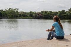 Jonge Aziatische vrouw die zich bij Meer bevinden Stock Afbeelding