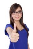 Jonge Aziatische vrouw in glazen die een duim opgeven die, op wit wordt geïsoleerd Stock Fotografie