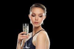 Jonge Aziatische vrouw het drinken champagne bij partij Stock Foto