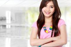 Jonge Aziatische vrouw in het toevallige glimlachen Royalty-vrije Stock Foto's