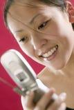 Jonge Aziatische vrouw met celtelefoon Royalty-vrije Stock Afbeeldingen