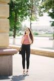 Jonge Aziatische vrouw met smartphone van de glazengreep in handen Royalty-vrije Stock Foto