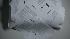 Jonge Aziatische vrouw omvat met stapel van documenten die op bed, overwerken verdwijnen stock video