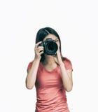 Jonge Aziatische vrouwelijke fotograaf gelukkig met haar nieuwe camera isola Stock Afbeeldingen