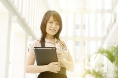 Jonge Aziatische vrouwelijke stafmedewerker Royalty-vrije Stock Foto's