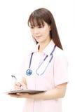 Jonge Aziatische vrouwelijke verpleegster Royalty-vrije Stock Afbeelding