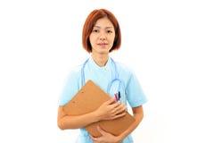Jonge Aziatische vrouwelijke verpleegster Stock Afbeeldingen
