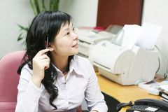 Jonge Aziatische vrouwen in offcie Royalty-vrije Stock Afbeelding