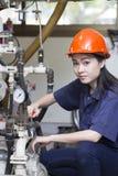 Jonge Aziatische vrouweningenieur opstelling en het testen machine stock afbeeldingen