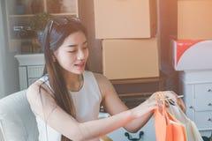 Jonge Aziatische vrouwenondernemer die in een huis werken Stock Foto's