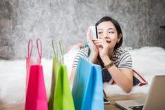 Jonge Aziatische vrouwenondernemer die in een huisbureau werken Stock Foto's