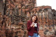 Jonge Aziatische vrouwenreiziger die gelukkig vakantieconcept glimlachen Stock Foto's