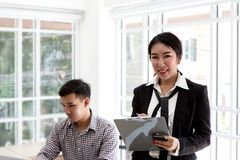 Jonge Aziatische zaken Gelukkige bedrijfsmens met laptop in een Desktop op kantoor stock foto's