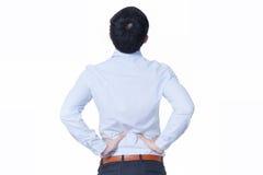 Jonge Aziatische zakenman die aan rugpijn lijden - het concept van het bureausyndroom Stock Afbeelding