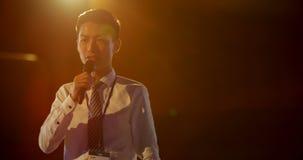 Jonge Aziatische zakenman die in bedrijfsseminarie bij auditorium 4k spreken stock videobeelden