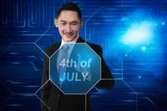 Jonge Aziatische zakenman wat betreft virtuele teksten van 4 van Juli stock foto