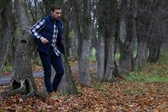 Jonge baardmens in de herfst Royalty-vrije Stock Afbeelding