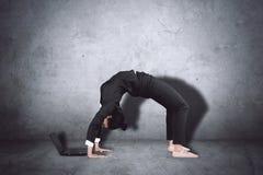 Jonge ballerina die met laptop werken stock fotografie