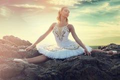 Jonge ballerina die spleten op rotsen maken royalty-vrije stock afbeelding