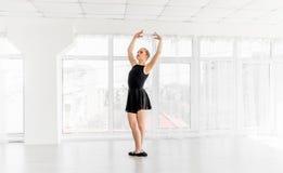 Jonge ballerina het praktizeren balletbewegingen stock fotografie