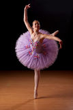 Jonge ballerina in studio het praktizeren Stock Afbeelding