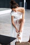 Jonge balletdanser - het Harmonische mooie vrouw stellen in studio Royalty-vrije Stock Foto