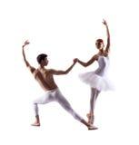 Jonge balletdansers die op wit presteren Stock Fotografie