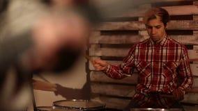 Jonge bandmuziek die een lied in nachtclub spelen stock footage