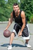 Jonge basketbalspeler met bal stock foto's