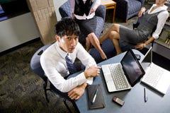 Jonge beambten in kleurrijke vergaderingsruimte stock foto