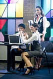 Jonge beambten in kleurrijke vergaderingsruimte Stock Foto's