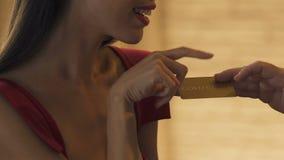 Jonge bedorven vrouw die gouden kaart van rijke minnaar, het rijke leven, close-up eisen stock video