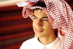 Jonge bedouin in tent Stock Afbeelding