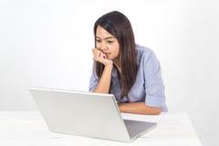 Jonge bedrijfs Aziatische vrouw die door notitieboekje in bureau werken te gebruiken stock foto