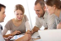 Jonge bedrijfs en mensen die samenkomen bespreken stock afbeeldingen