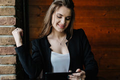 Jonge bedrijfsdame met tablet Royalty-vrije Stock Foto