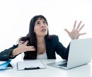 Jonge bedrijfsdievrouw en wanhopig met laptop wordt beklemtoond Frustrerende en zware werkomgeving stock foto's