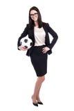 Jonge bedrijfsdievrouw met voetbalbal op wit wordt geïsoleerd Royalty-vrije Stock Foto's