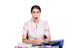 Jonge bedrijfsdievrouwenzitting in bureau wordt beklemtoond Royalty-vrije Stock Afbeeldingen