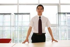 Jonge bedrijfsmens in bureau Stock Foto