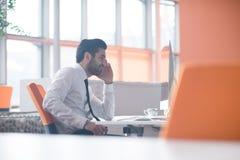 Jonge bedrijfsmens die aan bureaucomputer werken Royalty-vrije Stock Foto
