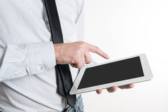 Jonge bedrijfsmens die aan zijn tablet werken Stock Afbeelding