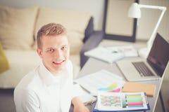 Jonge bedrijfsmens die in bureau, status werken Jonge BedrijfsMens Royalty-vrije Stock Foto's